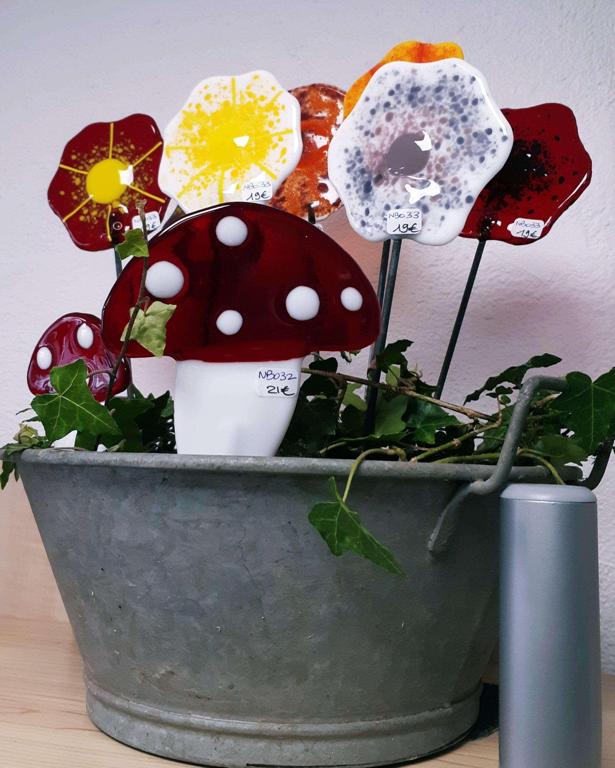 Fleurs et champignons en vitrail